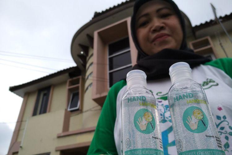 Salah satu pengajar dan peneliti Poltekkes Kemenkes Tasikmalaya menunjukkan hand sanitizer hasil produksi sendiri untuk dibagi-bagikan secara gratis ke tenaga medis dan masyarakat di Puskesmas Kahuripan Kota Tasikmalaya, Rabu (18/3/2020).