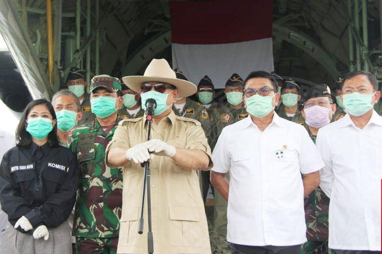 Menhan Prabowo saat menyerahkan bantuan alkes secara simbolik kepada perwakilan rumah sakit rujukan Covid-19.