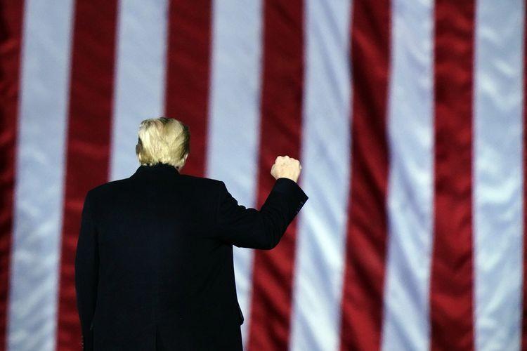 Presiden Amerika Serikat Donald Trump saat berkampanye mendukung calon Senator dari Partai Republik, Kelly Loeffler dan David Perdue, di Dalton, Georgia, Senin (4/1/2021).