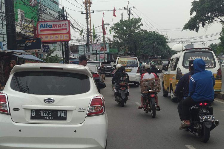 Mobil pribadi parkir di pinggir Jalan Ciledug Raya, Selasa (30/10/3018). Jalan ini bakal dilewati transjakarta koridor 13 yang diperpanjang sampai CBD Ciledug.