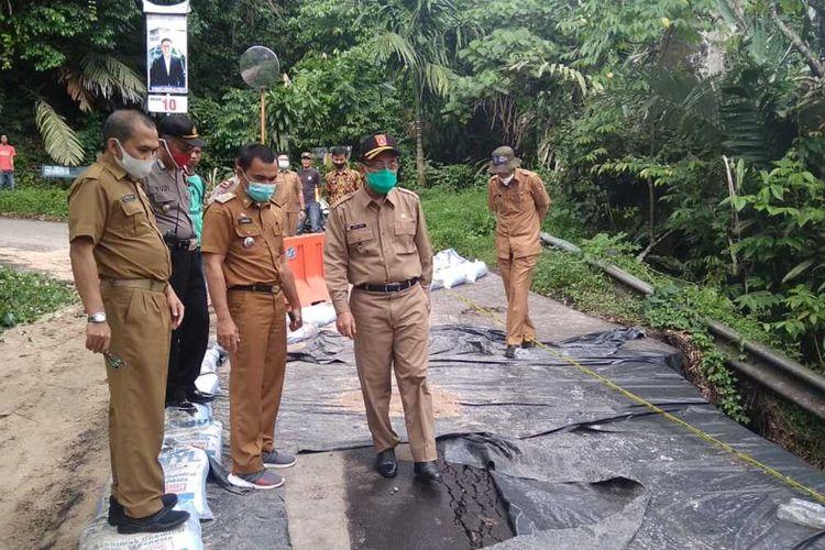 Bupati Agam Indra Catri meninjau jalan Kelok 44 yang ambles sejak Minggu (26/7/2020) lalu
