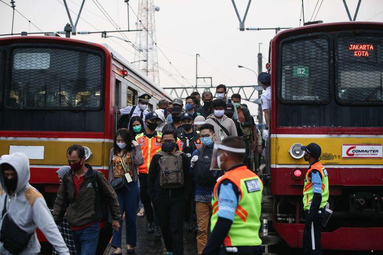 Penumpang KRL Commuter Line tiba di Stasiun Bogor, Jumat (26/6/2020). Tim gugus tugas penanganan Covid-19 Jawa Barat melakukan rapid test dan tes usap pada penumpang KRL Commuter Line yang tiba di Stasiun Bogor untuk memetakan sebaran Covid-19.