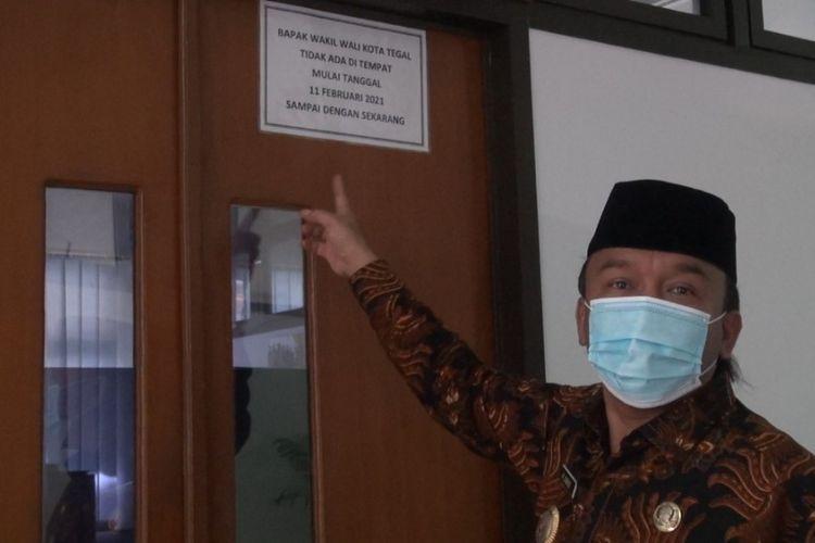 Wakil Wali Kota Tegal M. Jumadi berada di depan pintu masuk kantornya yang terkunci di Komplek Balai Kota Tegal, Selasa (23/2/2021) (Istimewa)