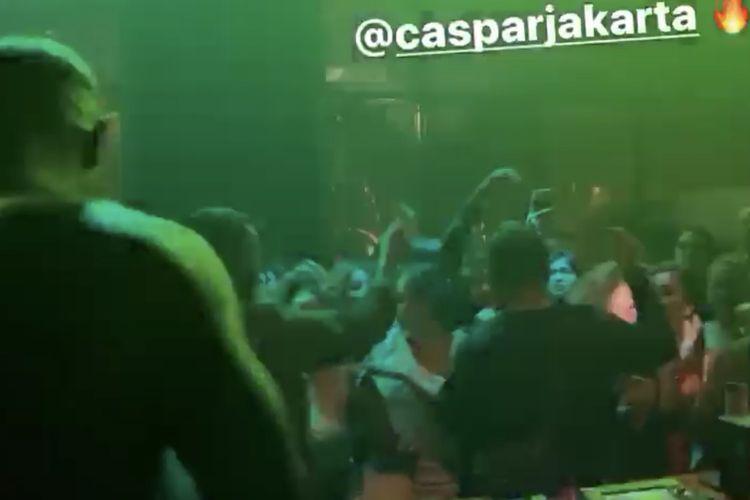 Kerumunan pengunjung kafe di kawasan Bendungan Hilir, Tanah Abang, Jakarta Pusat beredar viral. Video tersebut menunjukkan sejumlah pengunjung kafe tengah menikmati pertunjukan live music DJ.