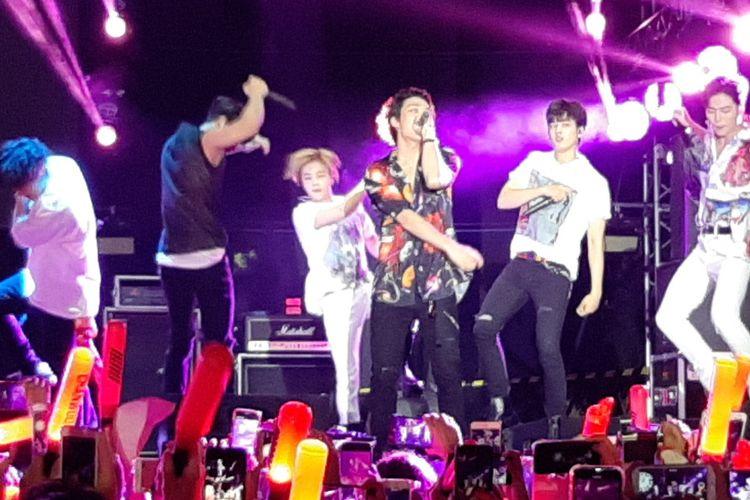 Boyband iKON tampil sebagai penutup GudFest 2019 hari pertama yang digelar di Helipad Parking Ground GBK Senayan, Jakarta, Sabtu (2/11/2019) malam.