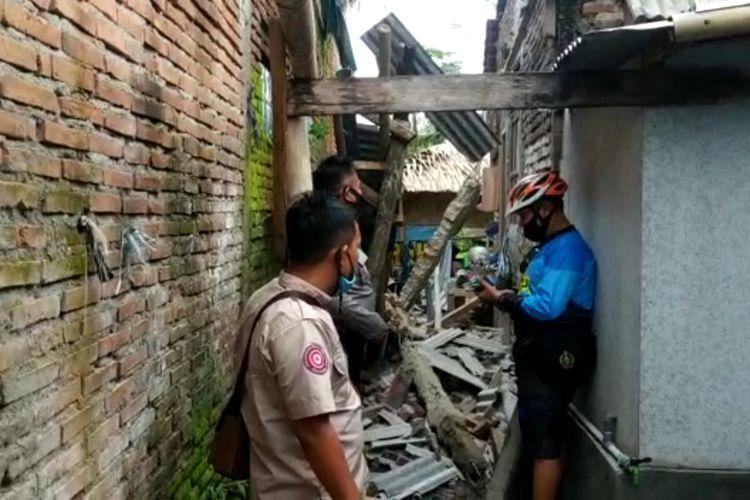 Dinding dan atap rumah warga di Desa Kertahayu, Kecamatan Pamarican, Kabupaten Ciamis rusak pasca gempa Pangandaran, Minggu pagi (25/10/2020).