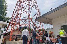 Protes Lapaknya Dibongkar, Ibu Penjual Nasi Ini Panjat Tower Stasiun Tegal
