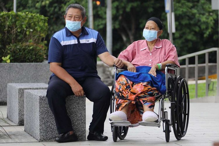 Ani Yudhoyono didampingi oleh Presiden keenam RI Susilo Bambang Yudhoyono saat keluar dari ruang perawatan di National Universtiy Hospital, Singapura, Kamis (16/5/2019).