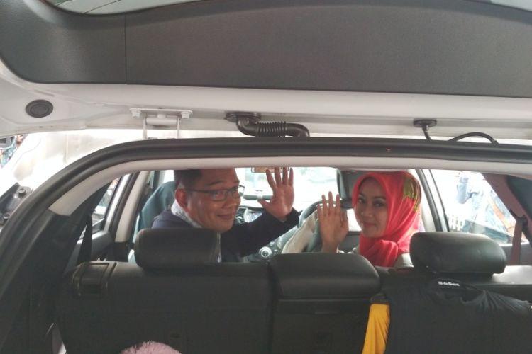 Wali Kota Bandung Ridwan Kamil bersama istrinya Atalia Praratya saat meninggalkan rumah dinasnya di Pendopo Kota Bandung, Jalan Dalemkaum, Sabtu (20/1/2018).