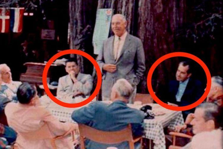Presiden Ronald Reagan (kiri) dan Richard Nixon (kanan) dalam Klub Bohemian. [Via Business Insider]