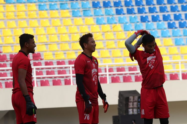 Tiga penjaga gawang Persib Bandung melakukan uji coba lapangan Stadion Manahan, Solo, Jumat (14/2/2020).