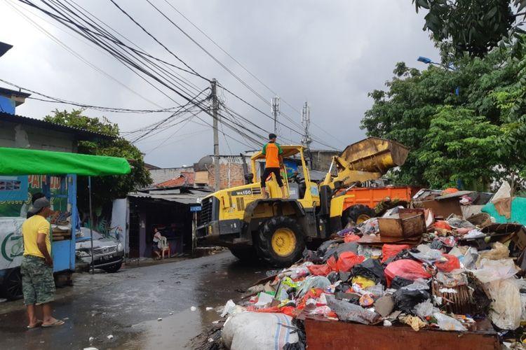 Tumpukkan sampah di jalan Inpelsi Mookevart, Rawa Buaya, Jakarta Barat, Jumat (10/1/2020)