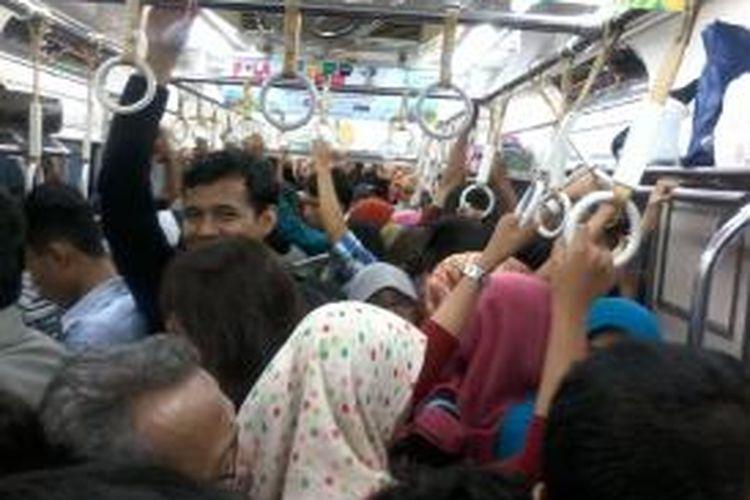 Suasana di dalam gerbong KRL tujuan Bogor-Jakarta Kota penuh sesak oleh para penumpang komuter Jabodetabek. kondisi ini tidak jauh berbeda dengan hari kerja.