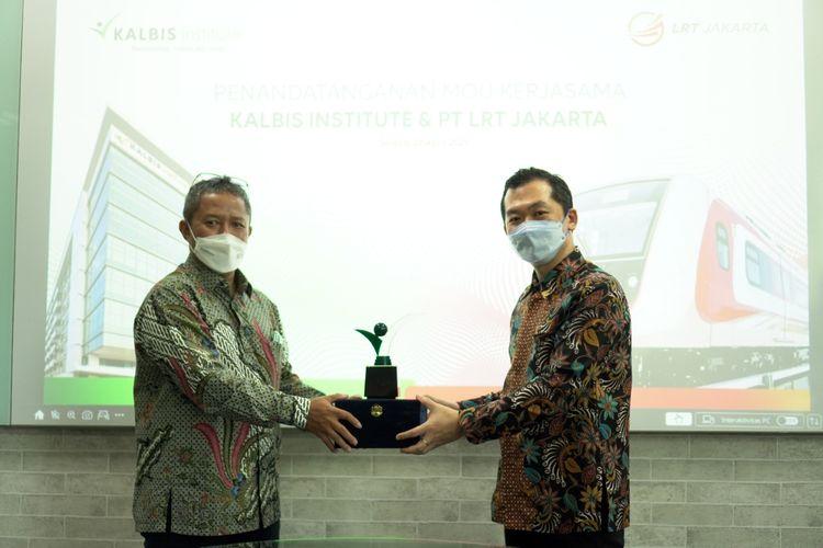 Kalbis Institute menjalin kolaborasi strategis dengan PT LRT Jakarta meliputi magang, rekrutmen, dosen tamu, pelaksanaan Tri Dharma Perguruan Tinggi, serta pemberian beasiswa bagi karyawan LRT Jakarta.