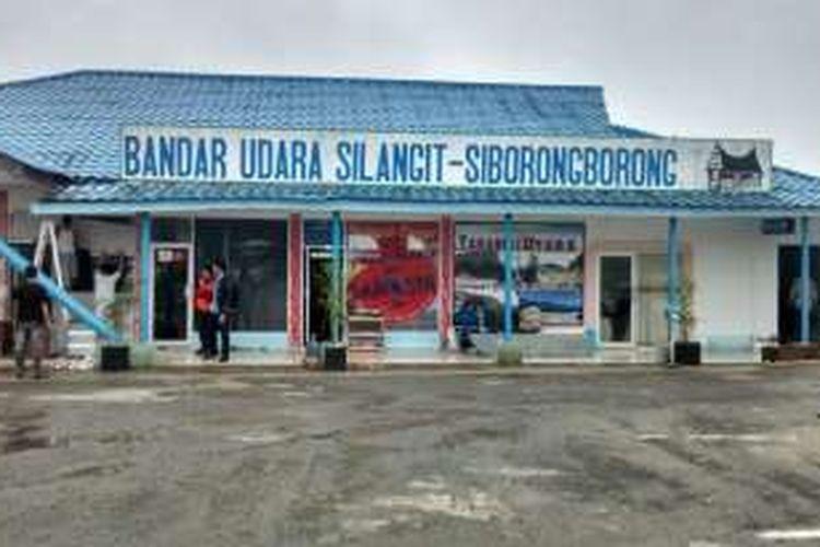 Bandara Silangit, yang berada di Kabupaten Tapanuli Utara, Sumatera Utara. Melalui bandara ini dapat dilakukan penerbangan langsung ke Danau Toba.