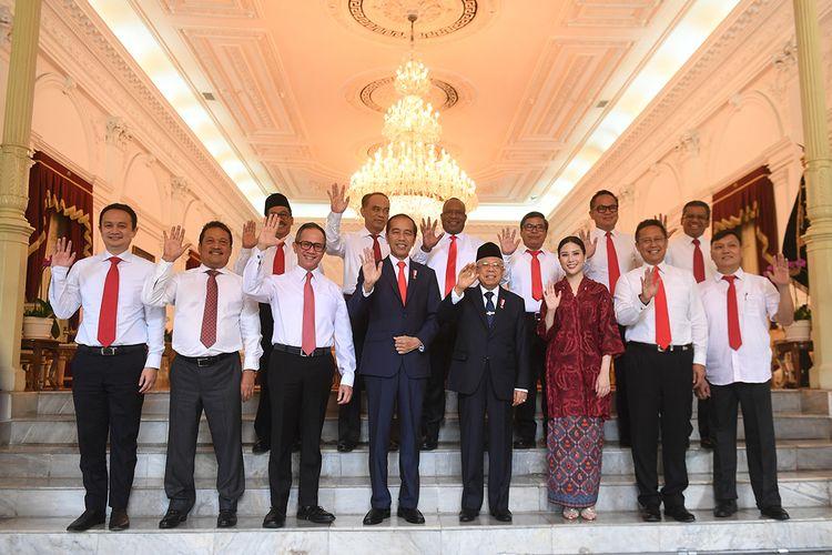 Presiden Joko Widodo (keempat kiri) didampingi Wakil Presiden Maruf Amin (keempat kanan) berfoto bersama calon-calon wakil menteri Kabinet Indonesia Maju sebelum acara pelantikan di Istana Merdeka, Jakarta, Jumat (25/10/2019). Presiden memperkenalkan 12 orang sebagai wakil menteri yang akan membantu kinerja Kabinet Indonesia Maju.