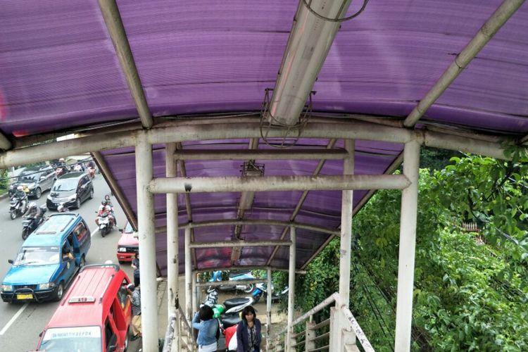 Besi penyangga atap jembatan penyeberangan orang (JPO) Stasiun Tanjung Barat, Jagakarsa, Jakarta Selatan, tampak kotor Selasa (13/2/2018).