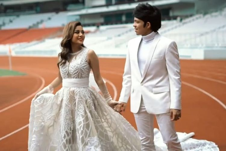 Atta dan Aurel menjalani foto prewedding di GBK Senayan, Jakarta.