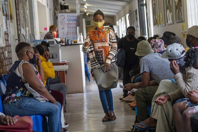 Relawan menunggu untuk diperiksa di fasilitas uji coba vaksin yang ditetapkan di Rumah Sakit Chris Sani Baragwanath di Soweto di luar Johannesburg, Afrika Selatan, Senin 30 November 2020. Lebih dari 2000 relawan Afrika Selatan mengikuti uji coba vaksin virus corona eksperimental AstraZeneca.