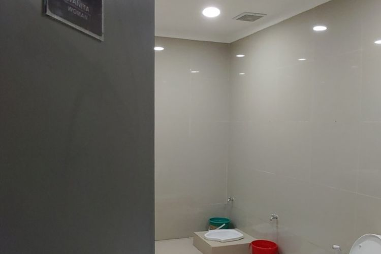 Empat kloset berjejer tanpa sekat di toilet yang berada di Stasiun Ciamis.