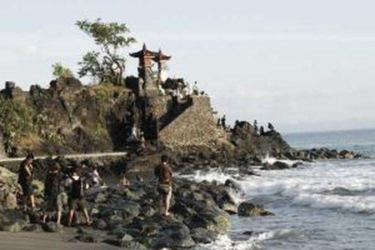 Pura Batu Bolong, di Pulau Lombok, NTB.