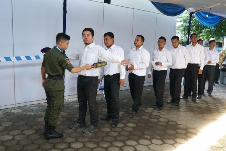 Body checking peserta seleksi CPNS di Udinus Semarang.