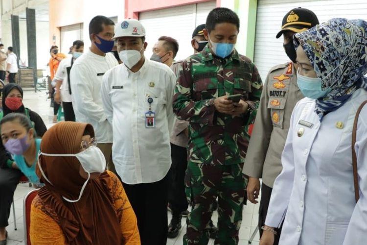 Bupati Brebes Idza Priyanti saat meninjau pelaksanaan vaksinasi serentak pedagang di Pasar Induk Brebes, Rabu (9/6/2021) (Dok. Humas Brebes)
