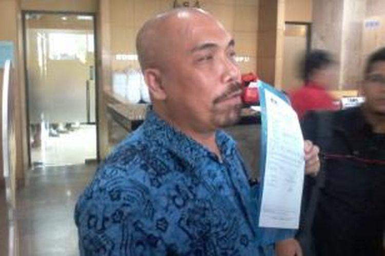 Ketua Fakta Azas Tigor Nainggolan melaporkan pengadaan bus Transjakarta ke Komisi Pemberantasan Korupsi (KPK), Jakarta, Senin (24/2/2014) siang.