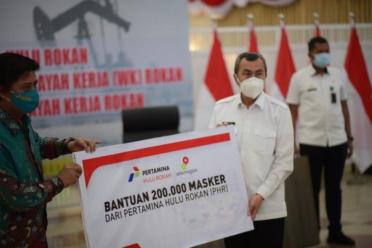 PT Pertamina Hulu Rokan (PHR) berikan bantuan 200.000 masker untuk masyarakat di wilayah kerja (WK) Rokan dalam courtesy visit  di Gedung Daerah Pauh Janggi Gubernuran, Pekanbaru, Rabu (11/11/2020) (Dok. Pertamina)