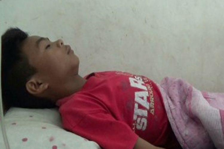 Gusti (14), seorang siswa kelas VIII SMP swasta Salu Mandalle, dirawat di Rumah Sakit Bunua Mamase, Kabupaten Mamasa, sejak Rabu (26/7/2017) lalu. Dia duga telah dianiaya oleh kepala sekolah SMP Salu Mandalle itu.