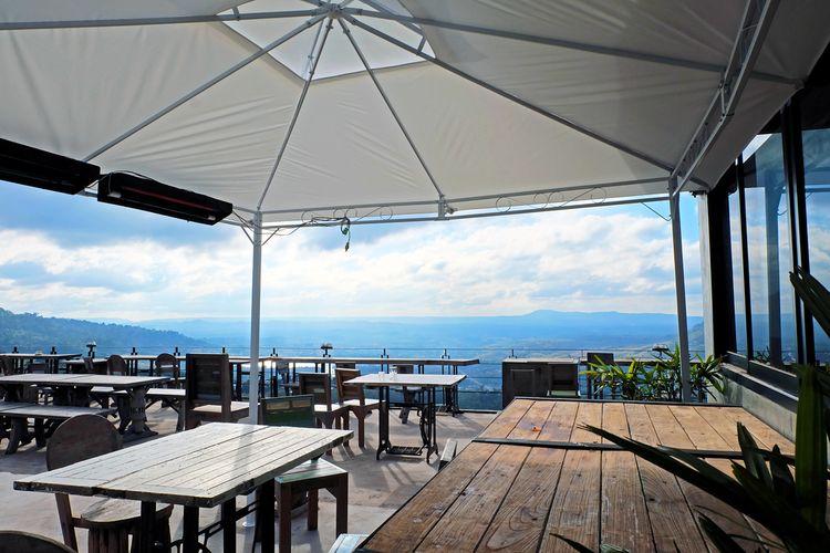 Ilustrasi kafe rooftop indoor.