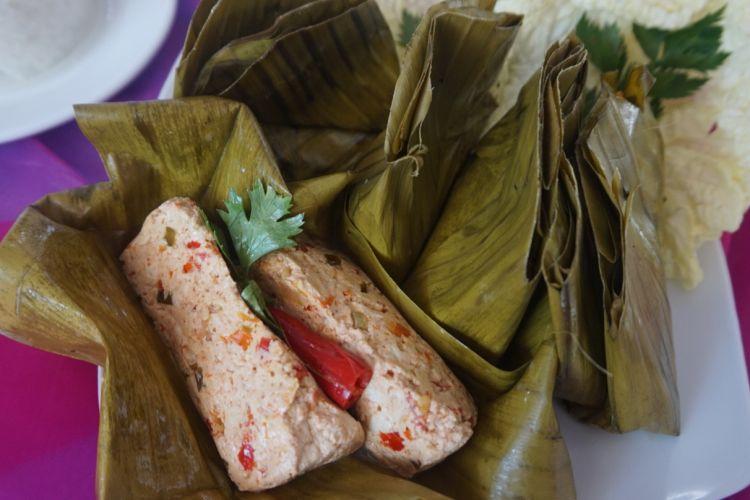 Pepes tahu untuk pendamping menikmati ayam kesrut, kuliner khas Banyuwangi.