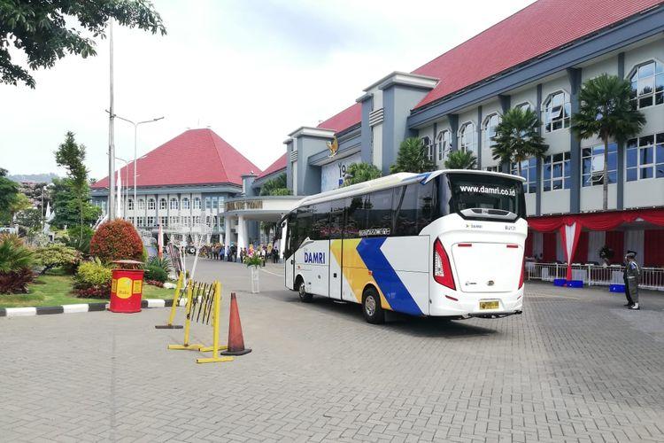 Armada bus DAMRI yang akan melayani rute Kota Wisata Batu menuju Bromo.