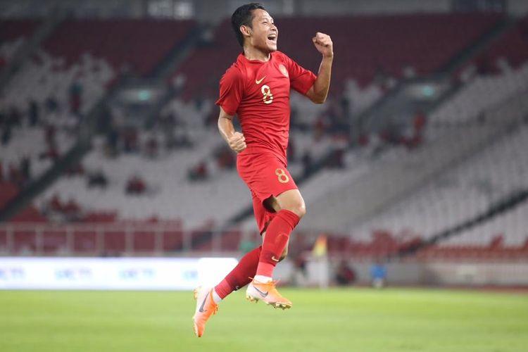 Selebrasi gelandang Timnas Indonesia, Evan Dimas, seusai mencetak gol dalam pertandingan persahabatan melawan Vanuatu di Stadion Gelora Bung Karno, Jakarta, Sabtu (15/6/2019).