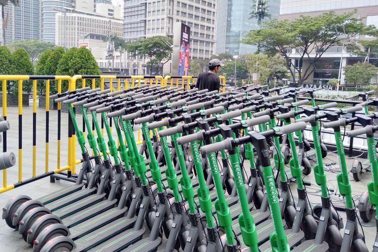 Sejumlah skuter listrik Grab Wheels diparkirkan di salah satu lokasi parkir GrabWheels di FX Sudirman, Jakarta Pusat, Rabu (30/10/2019).