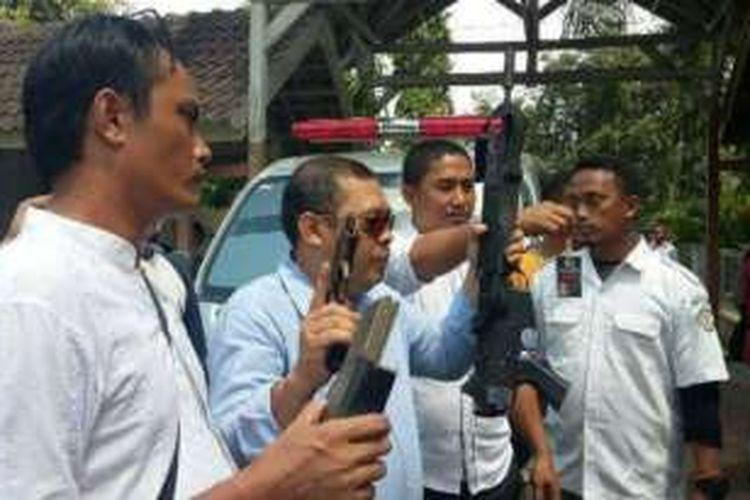 Direktur Reserse Kriminal Umum (Direskrimum) Polda Aceh, Kombes Pol Nurfallah memperlihatkan senjata milik kelompok penculikan di Rumah Sakit Umum Cut Meutia (RSUCM) Aceh Utara, Senin (1/2/2016)