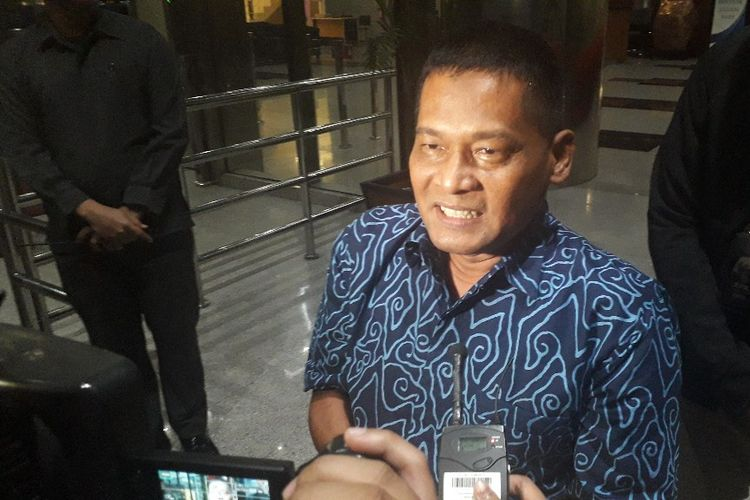 Mantan panitera Pengadilan Negeri Jakarta Utara Rohadi memberi keterangan kepada wartawan saat meninggalkan Gedung Merah Putih KPK, Senin (2/9/2019).