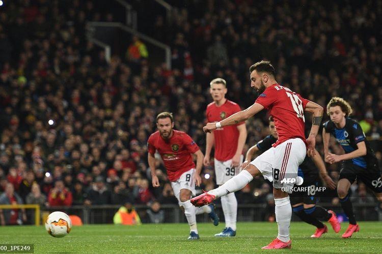 Gelandang Manchester United, Bruno Fernandes, menembak penalti pada laga leg kedua babak 32 besar Liga Europa kontra Club Brugge di Old Trafford, Manchester, pada Jumat (28/2/2020) dini hari WIB.