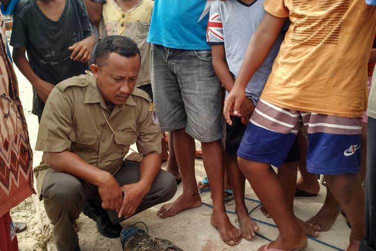 Petugas BKSDA Resor Pulau Buru, bersama warga di Desa Ubung, Kecamatan Namlea, Kabupaten Buru, Maluku mengubur seeokor buaya di pantai desa tersebut, Selasa (7/1/2020)