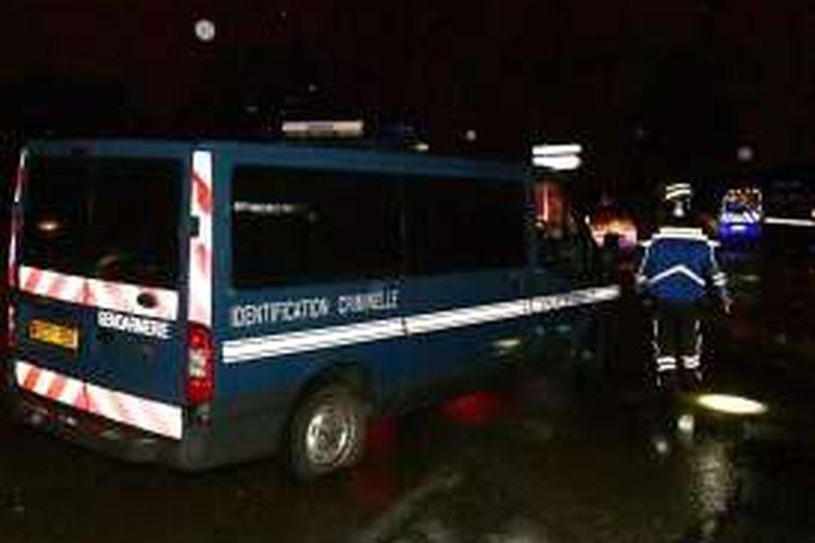 Polisi bersiaga di biara khusus untuk menampung para pensiunan misionaris Katolik di Montferrier-sur-Lez, Perancis selatan, menyusul serangan pada Kamis, 24 November 2016.