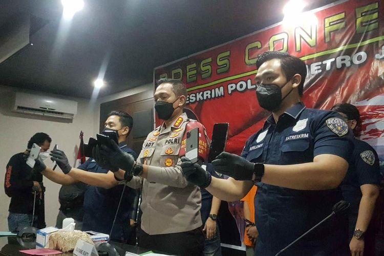 Konferensi pers pencurian 14 iPhone oleh karyawan berinisial GL di Rukan Sedayu Square, Cengkareng, Jakarta Barat, di Mapolres Jakarta Barat, pada Rabu (14/4/2021).