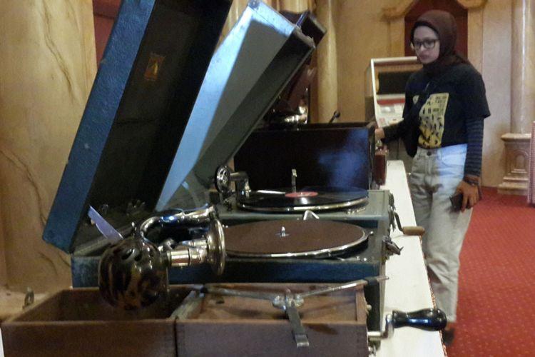 Sejumlah koleksi alat musik yang ada di Galeri Musik Dunia, Jatim Park 3, Kota Batu, Sabtu (16/12/2017)