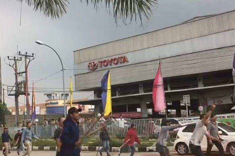 Bentrokan antar anggota ormas di Jalan Raya Abdullah bin Nuh, Bogor Barat, Kota Bogor, Senin (20/1/2020).