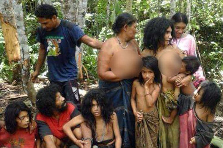 Sekelompok Togutil saat ditemukan di hutan halmahera, Maluku Utara