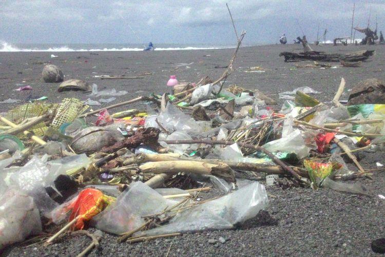 Sampah sisa makanan bertebaran di pantai sekitar kawasan wisata Glagah dan Congot, Kecamatan Temon, Kulon Progo, DIY.