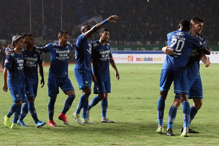 Para pemain Persib merayakan gol pertamanya ke gawang Persela Lamongan, saat kedua tim bertemu pada pekan ke-1 Liga 1 2020, di Stadion Si Jalak Harupat, Minggu (1/3/2020).