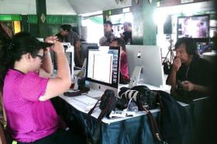 Para pekerja media saat berada di media center 'royal wedding' Yogyakarta, Senin (21/10/2013).