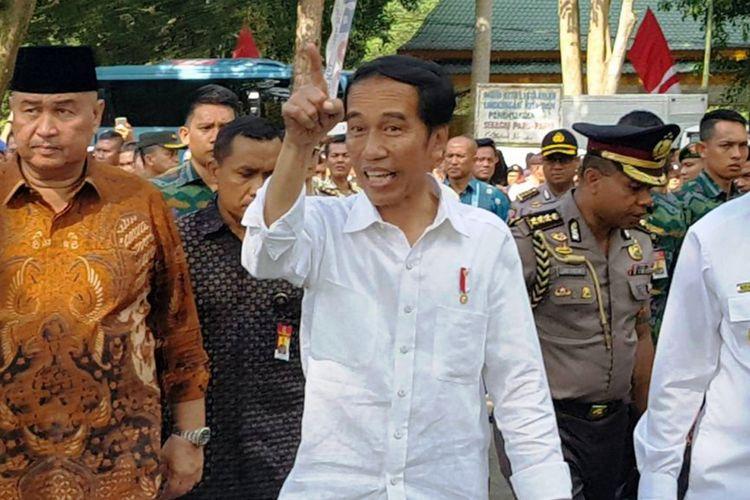 Presiden Joko Widodo membagikan 9.000 sertifikat tanah saat kunjungan kerjanya di Kabupaten Langkat, Sumatera Utara, Jumat (24/11/2017)