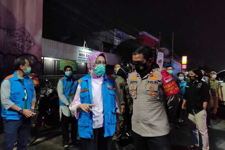 Wali Kota Tangerang Selatan Airin Rachmi Diany bersama Wakapolres Tangerang Selatan saat melakukan patroli malam Tahun Baru di kawasan Serpong Utara, Kamis (31/12/2020)