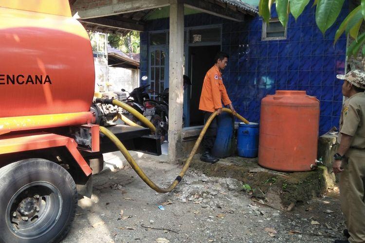 Petugas BPBD Banyumas mengirimkan bantuan air bersih di Desa Nusadadi, Kecamatan Sumpiuh, Kabupaten Banyumas, Jawa Tengah, baru-baru ini.
